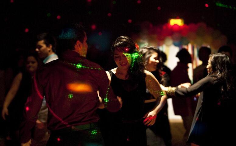 dos personas bailanando