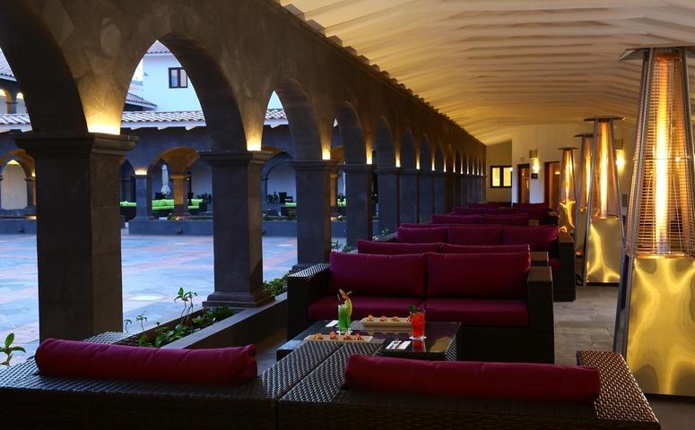 Hilton garden inn patio con sofas