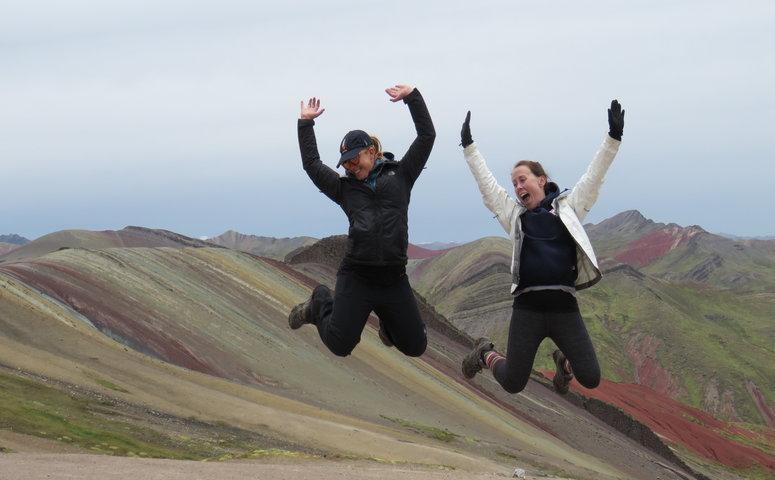 Zwei frauen springen am Palccoyo Regenbogenberg