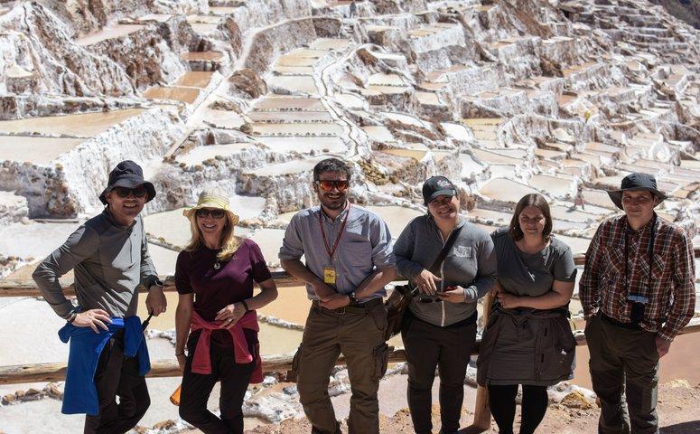 Guide in Maras Salzminen mit 5 Reisenden