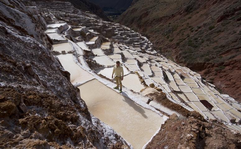 Viajero en salineras de maras cusco