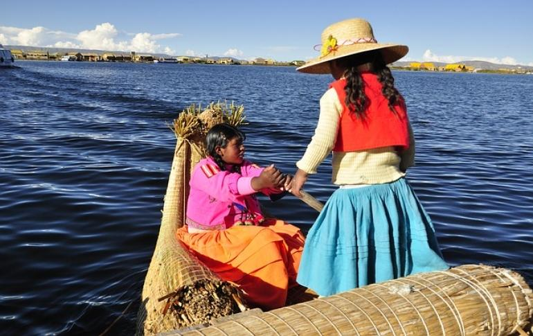 Dos ninas en barco en titicaca