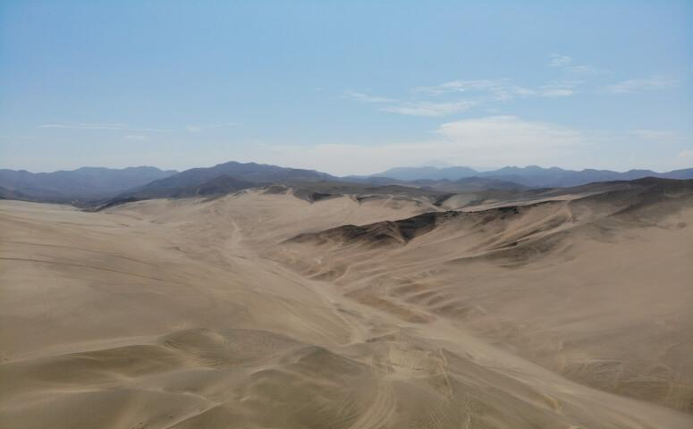 Dunas con cielo azul en Lima