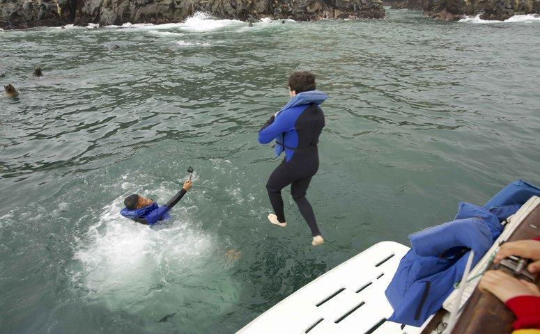 Chico saltando de barco en mar