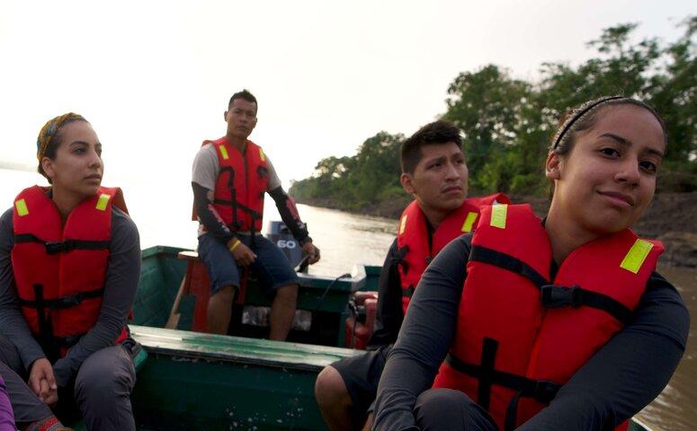 touristen im boot auf dem amazonas fluss