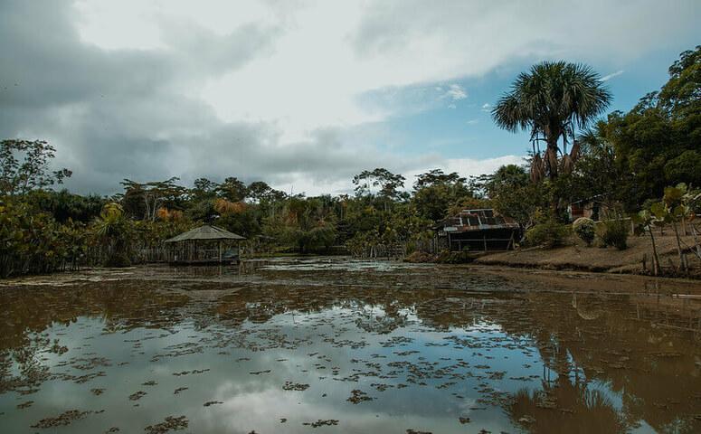 hochwasser im amazonas fluss in iquitos peru