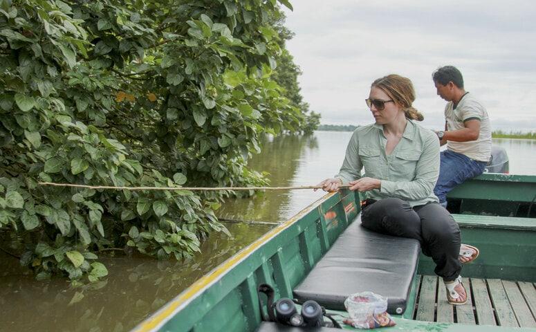 frau auf boot fischt im amazonas fluss